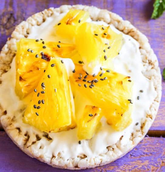 Grilled pineapple with yoghurt and rice cakes